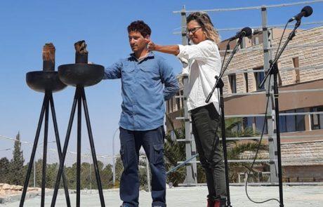 צוות הגיאופארק במצפה רמון מדליק משואה
